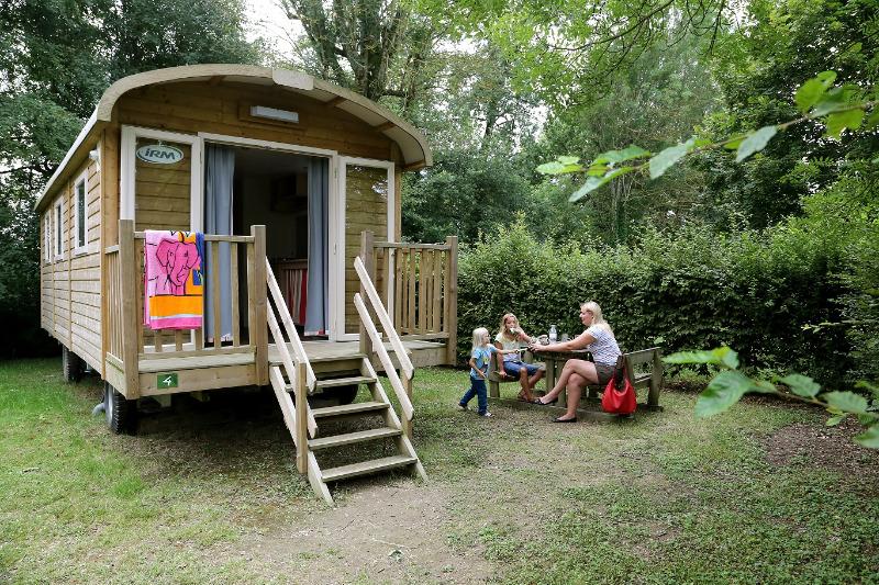 camping 4 toiles le nid du parc villars les dombes. Black Bedroom Furniture Sets. Home Design Ideas